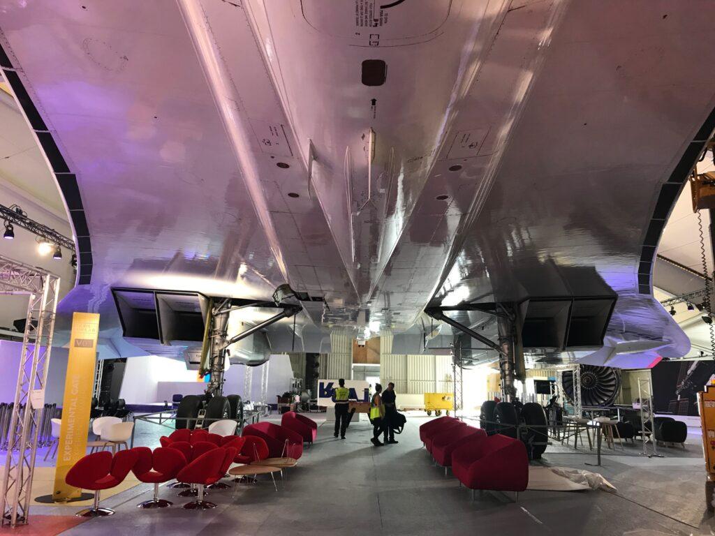 le salon de l'aéronautique, sous les avions
